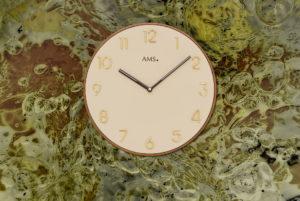 Edles Uhren-Design in beige und braun
